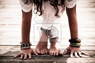 Retro Kühlschrank Yoga : Nahaufnahme von barfuß frau füße und hände praxis yoga fototapete