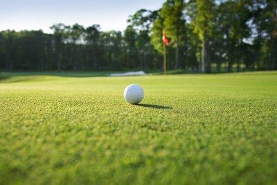 Nahaufnahme von Golfball auf grün