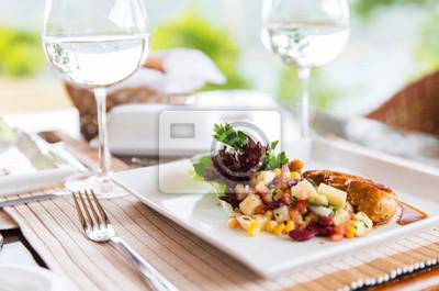 Fototapete Nahaufnahme von Lebensmitteln und Wasser Gläser im Restaurant