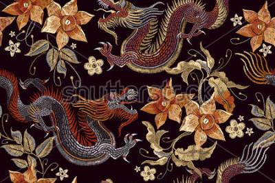 Fototapete Nahtloses Muster der Stickereidrachen und -blumen. Asiatischer Drache der klassischen Stickerei und schöne Weinlese blüht nahtloses Muster. China Drachen Vektor
