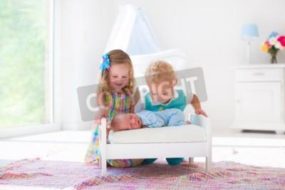 Netter kleiner junge und mädchen die neugeborenen bruder küssen