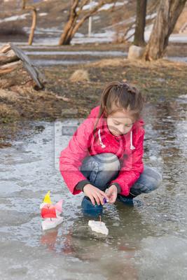 Fototapete: Nettes kleines mädchen im regen stiefel spielen mit handgefertigten