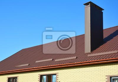 Fototapete Neues Installiertes Braunes Metallziegeldach Mit  Plastikregengossensystem, Schneebrettschutz, Kamin, Hausdachkonstruktion Im  Freien.