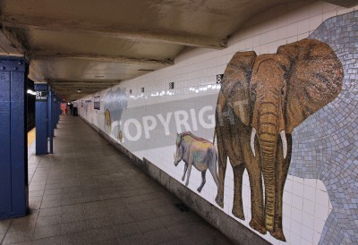 Fototapete NEW YORK - 6. JULI: Die Leute warten am Museum of Natural History U-Bahnstation am 6. Juli 2013 in New York. Mit 1,67 Milliarden jährlichen Fahrgeschäften, ist New York City Subway das 7. verkehrsreic
