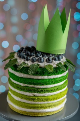 Fototapete Nice Sponge Happy Birthday Cake With Mascarpone And Grapes On The Stand Crown