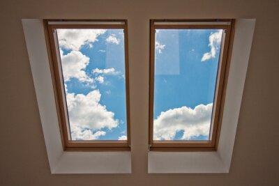 Fototapete Oberlichter. Blick aus dem Fenster. Blick auf den Himmel aus dem Fenster. Fenster auf dem Dach Sonnenlicht durch das Dachfenster Licht im Haus