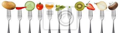 Fototapete Obst und Gemüse auf Gabeln, isoliert