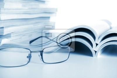 Offene Zeitschriften mit Brille