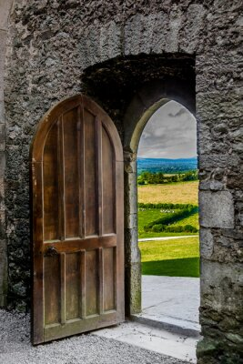 Fototapete Offenes schweres Tor mit Blick auf irische Landschaft