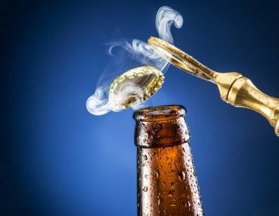 Fototapete Öffnung der Bierkappe mit dem Gasausgang.