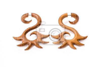Fototapete Ohrringe aus Holz Großansicht auf einem weißen Hintergrund