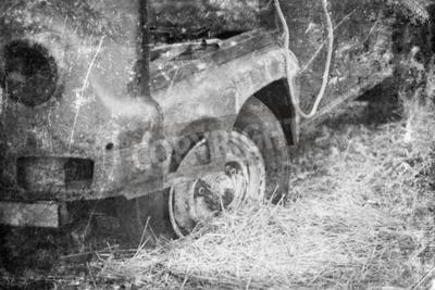 Old Car Rosten im Wald, Schwarz-Weiß-Vintage-Foto-Effekt