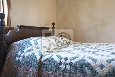 Old fashioned Bett mit Bettdecke und Öllampe