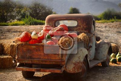 Fototapete Old rusty truck full of fall pumpkins