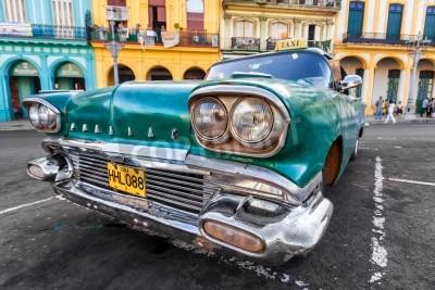 Fototapete Oldtimer in einem bunten Viertel in Havanna