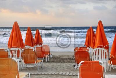 Orange Sonnenschirme am Strand