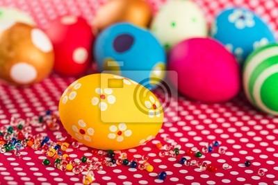Osterschmuck - Eier mit gemalten Blumen auf dem Tisch