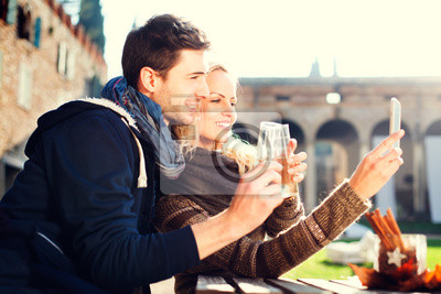 Paar bekommt eine Selfie beim Trinken Aperitif