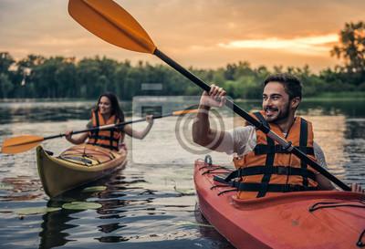 Fototapete Paar, das mit dem Kajak reist