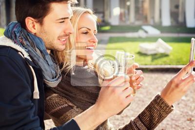 Paar in der Liebe bekommt einen Selfie beim Trinken Aperitif