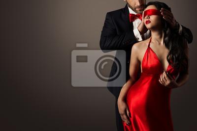Fototapete Paar-Liebes-Kuss, sexy Frau mit verbundenen Augen, die in rotes Kleid und eleganten Mann in der Klage tanzt