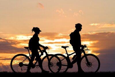 Fototapete Paar mit Fahrrad bei Sonnenuntergang
