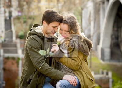 Paar Mit Rose In Der Liebe Am Valentinstag Feiern Fototapete