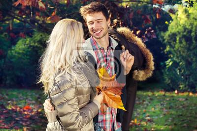 Paar reden und flirten im Park