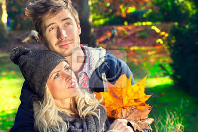 Paar sitzt auf einem Baumstamm