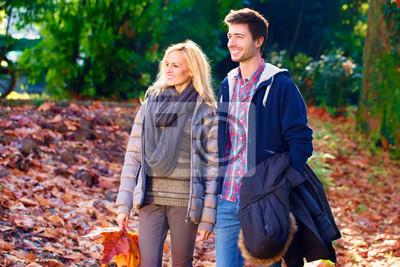 Paar zu Fuß in einem Park im Herbst