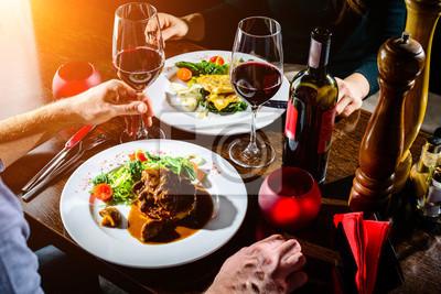 Fototapete Paare, die romantisches in einem Restaurant in den Strahlen der Sonne zu Abend essen