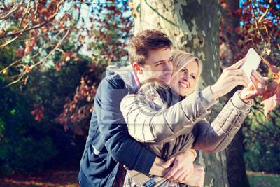 Paare, die Selfie im Herbst