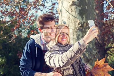 Paare, die Selfie im Herbst im Wald