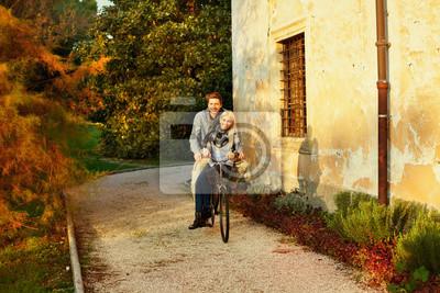 Paare, die Spaß auf dem Fahrrad