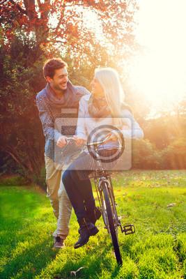 Paare, die Spaß mit dem Fahrrad