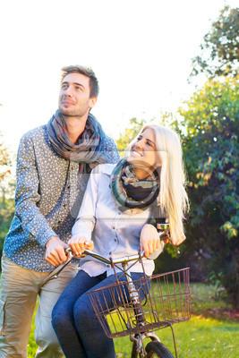 Paare, die Spaß Radfahren