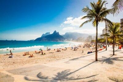 Fototapete Palmen und Zwei Brüder Berg am Strand von Ipanema, Rio de Janeiro