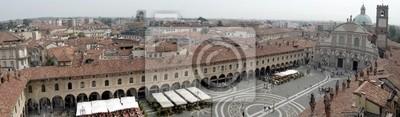 Panorama-Blick auf die Piazza Ducale in Vigevano, Italien