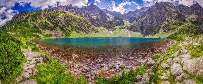 Fototapete Panorama der schönen Teich in der Mitte der Berge im Morgengrauen