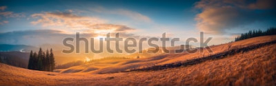 Fototapete Panorama des Sonnenuntergangs in einem Karpatengebirgstal mit wunderbarem Goldlicht auf Hügeln
