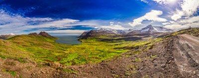Fototapete Panorama des Tales mit dem arktischen Meer und die Berge in Island