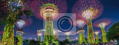 Fototapete Panorama von Gärten durch die Bucht mit bunter Beleuchtung zur blauen Stunde in Singapur, Südostasien. Populäre Touristenattraktion im Jachthafen-Buchtbereich.