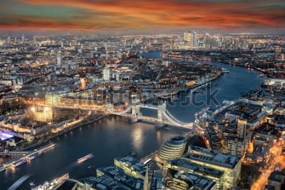 Fototapete Panoramablick auf die Skyline von London: von der Tower Bridge entlang der Themse bis zum Stadtteil Canary Wharf bei Sonnenuntergang