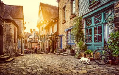 Fototapete Panoramablick der alten Stadt in Europa im schönen Abendlicht bei Sonnenuntergang mit Retro- Weinlese Instagram-Artpastell tonte Schmutzfilter und Blendenflecksonnenlichteffekt im Sommer