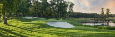 Panoramablick von golf grün mit weißem Sand Fallen