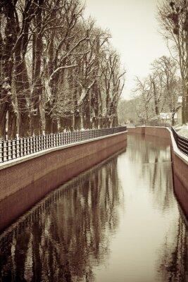 Fototapete Park mit Fluss und Böschung mit Schnee bedeckt