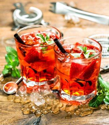 Partygetränke mit eis und saft. cocktail machen bar werkzeuge ...