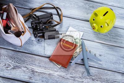 Pass und ein spielzeug flugzeug. kalk sparschwein und fernglas