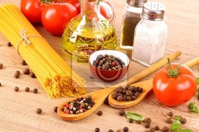 Pasta Spaghetti mit Tomaten, Olivenöl, Peper und Basilikum auf ein