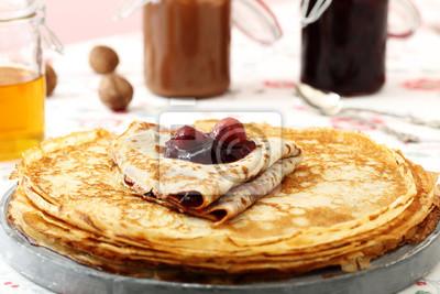 Pfannkuchen marmellata di ciliege su tavolo di cucina sfondo ...